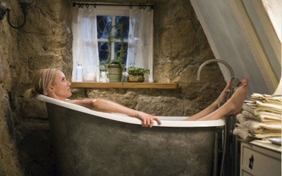 Cameron Diaz in the bath barefoot, The Holiday